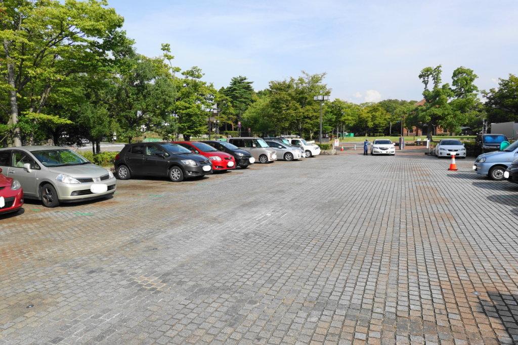 石川県立美術館の駐車場