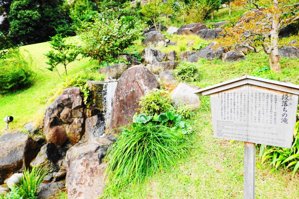 玉泉院丸庭園の滝
