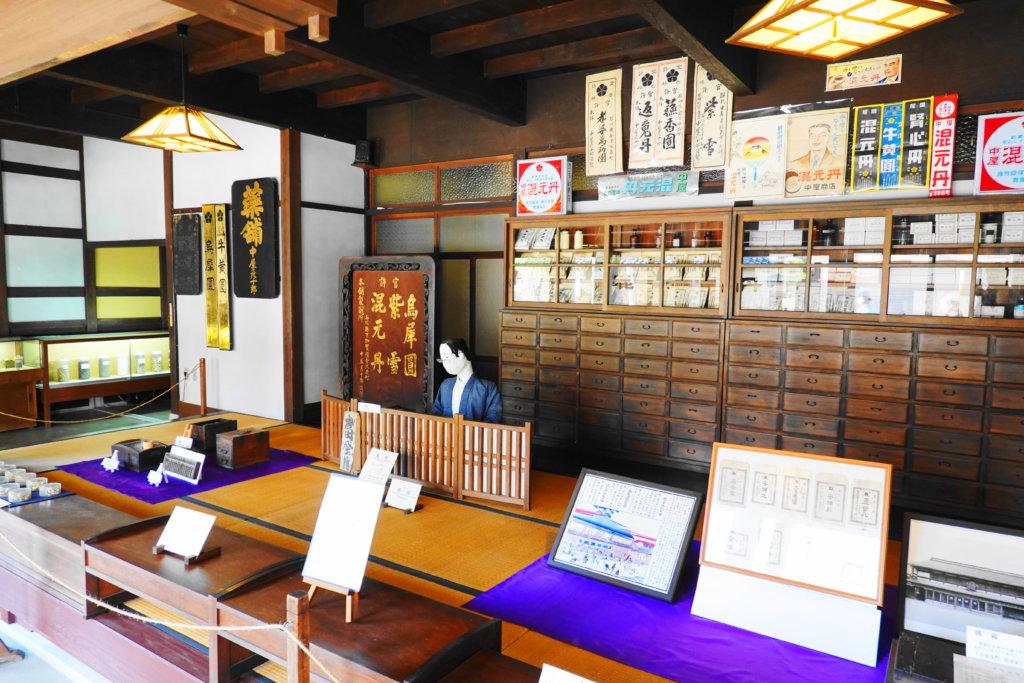 金沢市老舗記念館の薬局風景