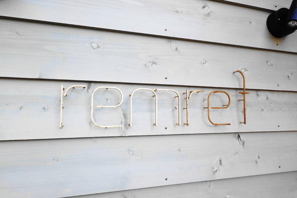 remrefの看板