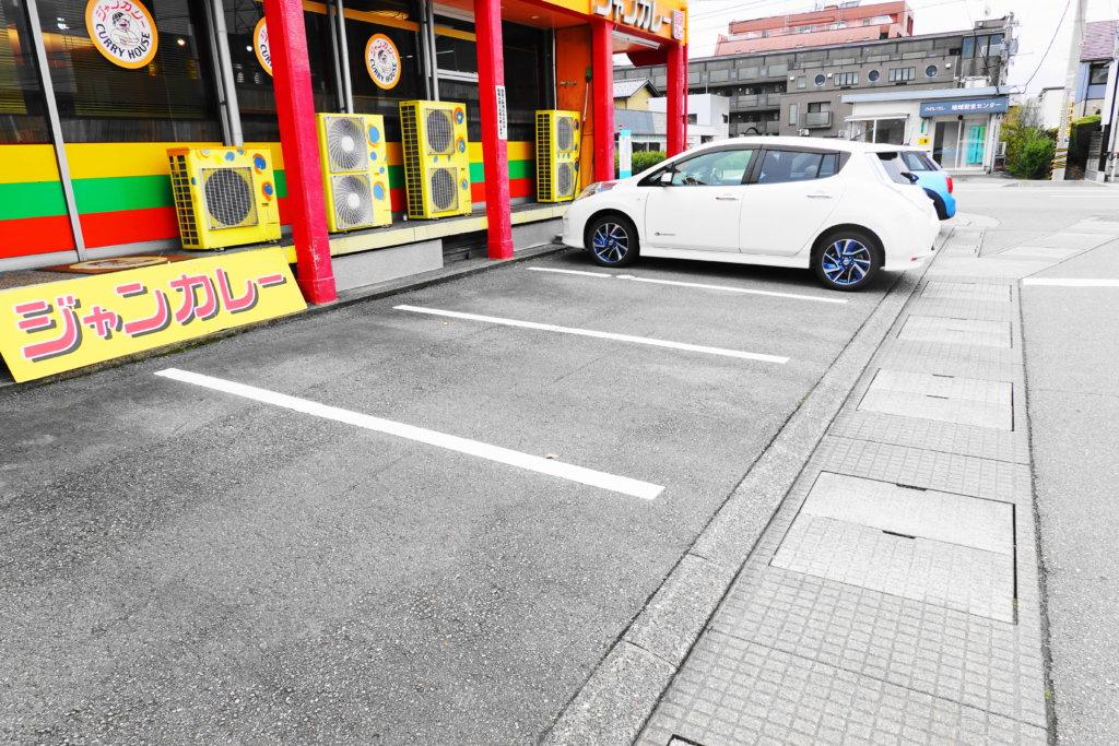 ジャンカレーの駐車場